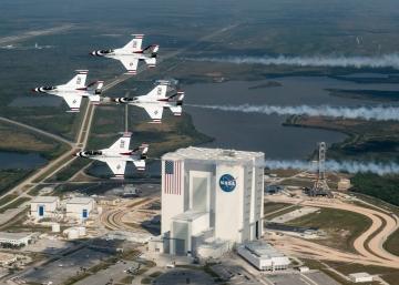 Buzz Aldrin tisztelgő repülése a Thunderbirds kötelékkel a Kennedy Űrközpont felett